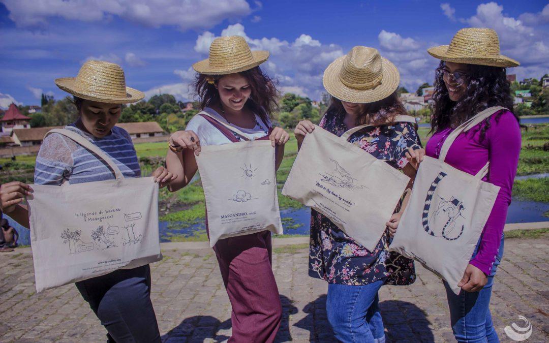 Quatre jeunes femmes arborant des tote Bags