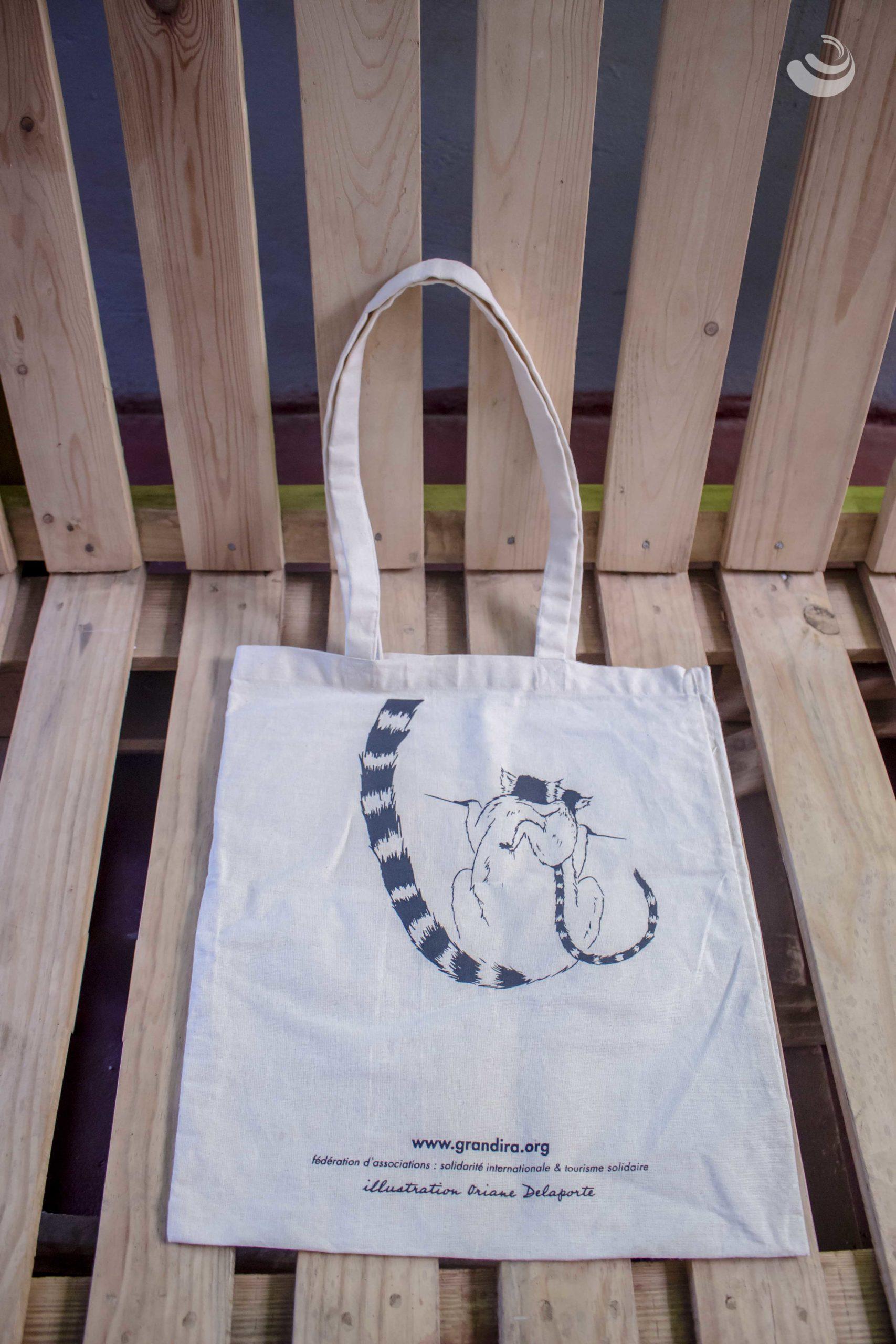 """Photo d'un tote bag avec une illustration type """"lémurien"""""""